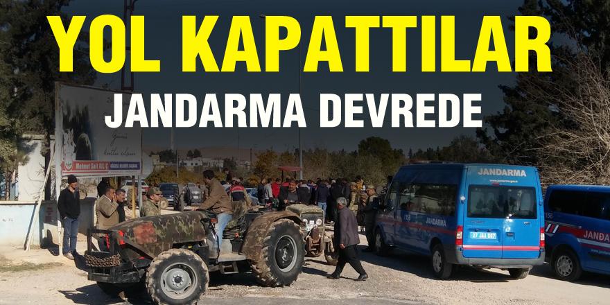 Mahalleli traktörlerle yolu kapattı