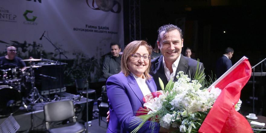 Kurtuluş gününü Ferhat Göçer'le kutladı