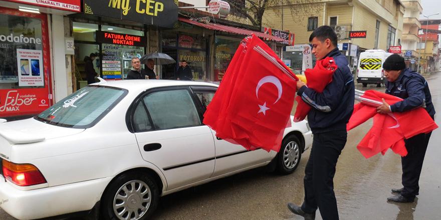 Vatandaşlara bayrak dağıtıldı