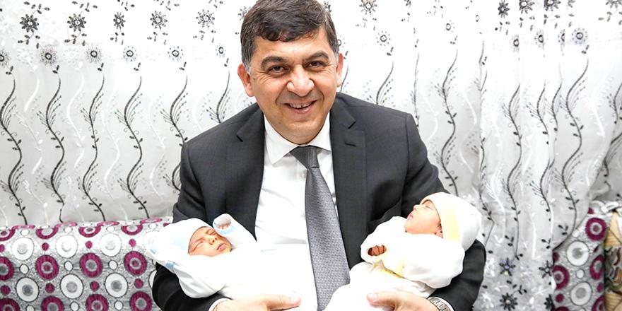 İkiz bebekler ilgi odağı