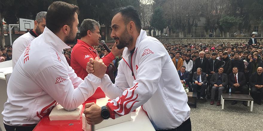 Şampiyonlar öğrencilerle buluştu