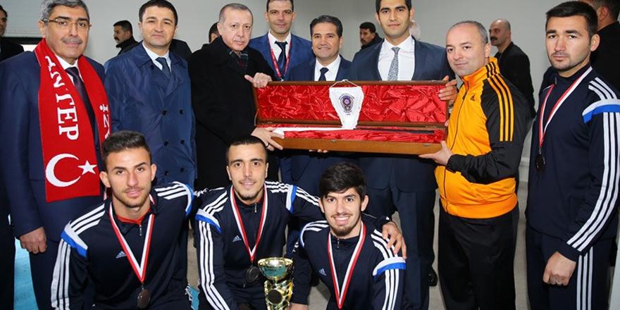 Cumhurbaşkanı şampiyonları kutladı