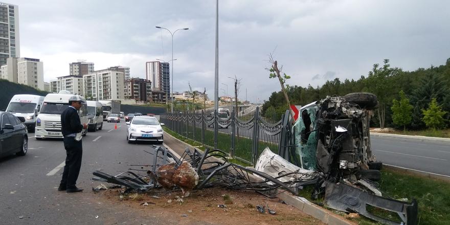 - Kontrolden çıkan araç bariyerlere çarpıp refüje çıktı: 1 yaralı
