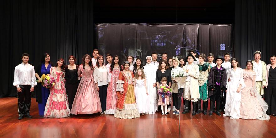 Öğrencilerden alkışlanan sahne