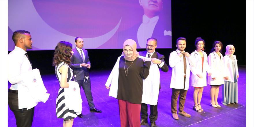 Doktor adayları önlüklerini giydi