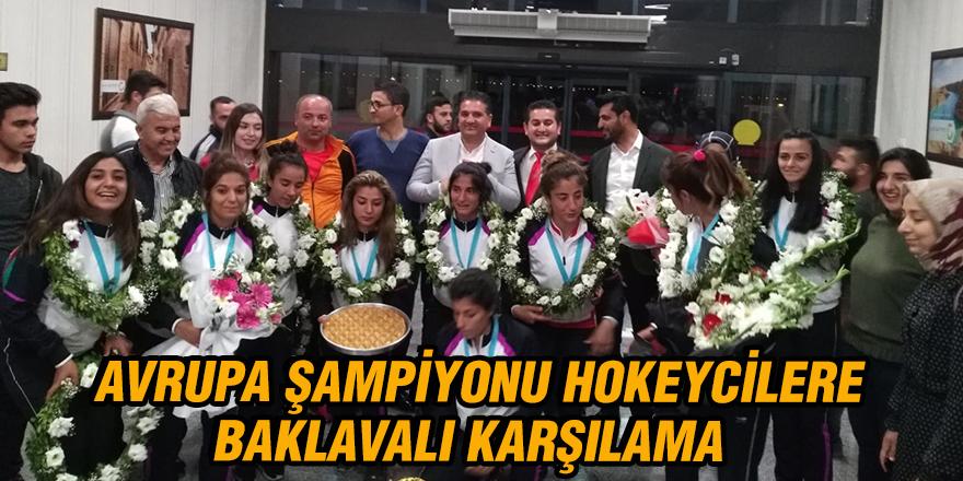 Avrupa Şampiyonu hokeycilere baklavalı karşılama