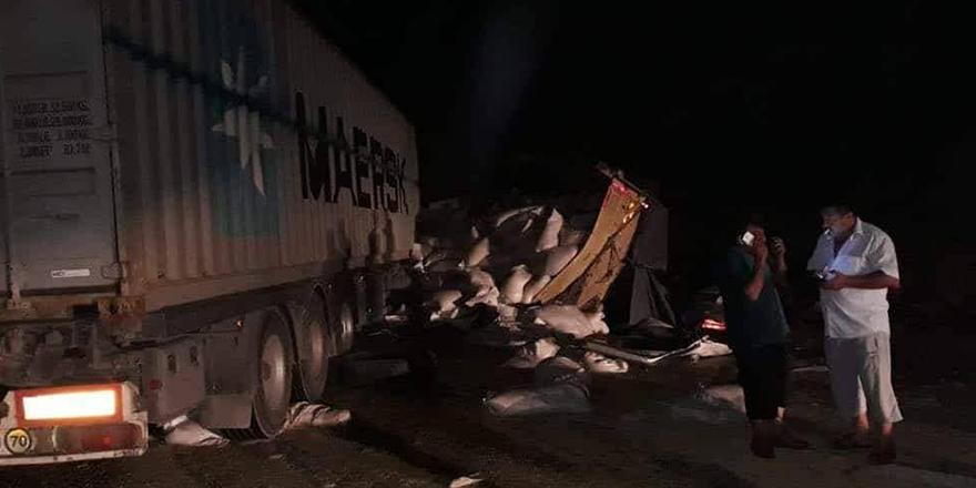 Arpa yüklü kamyonla tır çarpıştı
