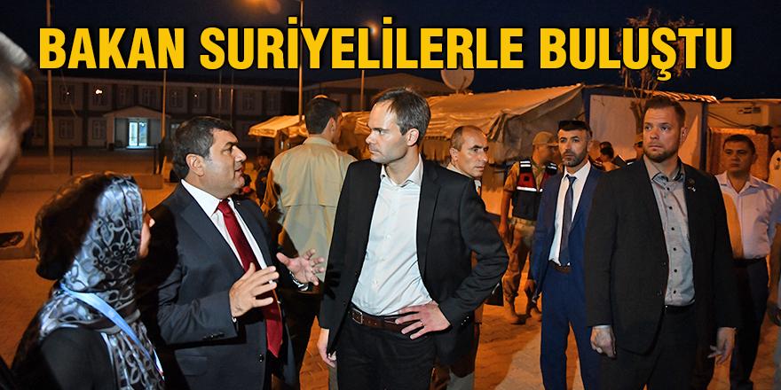 Bakan Suriyelilerle buluştu