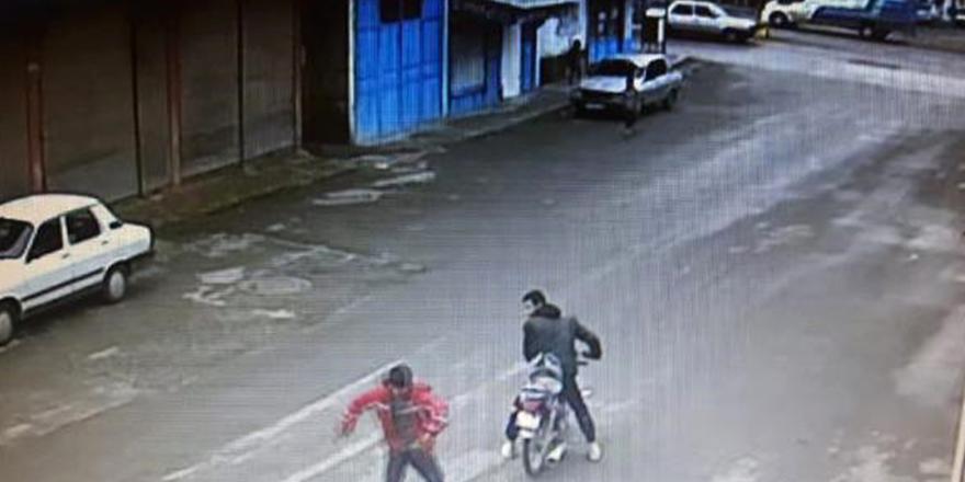 Yerde buldukları cüzdanı alıp kaçtılar
