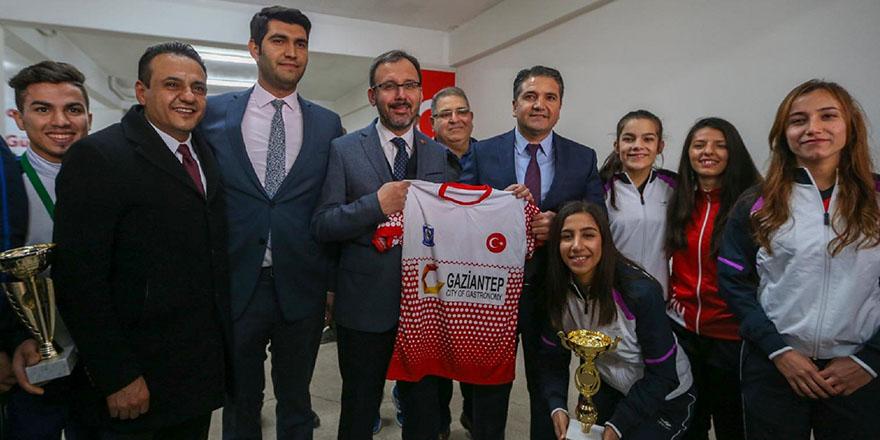 Spor bakanı şampiyonları kutladı