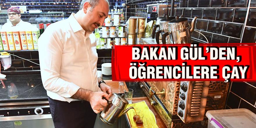 Bakanı Gül, öğrencilere çay dağıttı