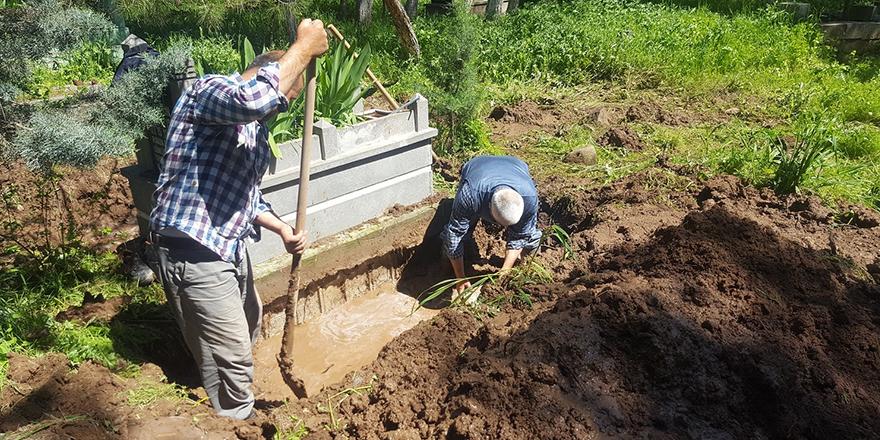 Şiddetli yağış mezarları vurdu