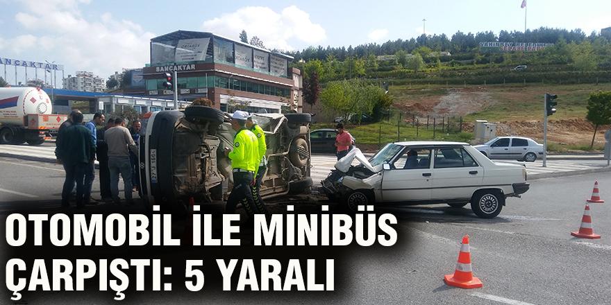 Otomobil ile minibüs çarpıştı