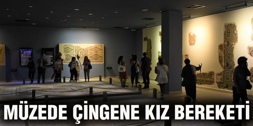 Müzede Çingene kız bereketi