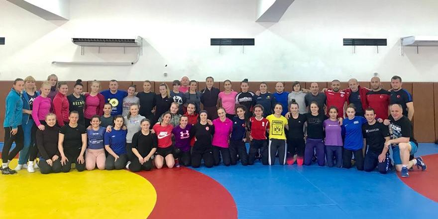 Kadın güreşçiler Bulgaristan'da girdi