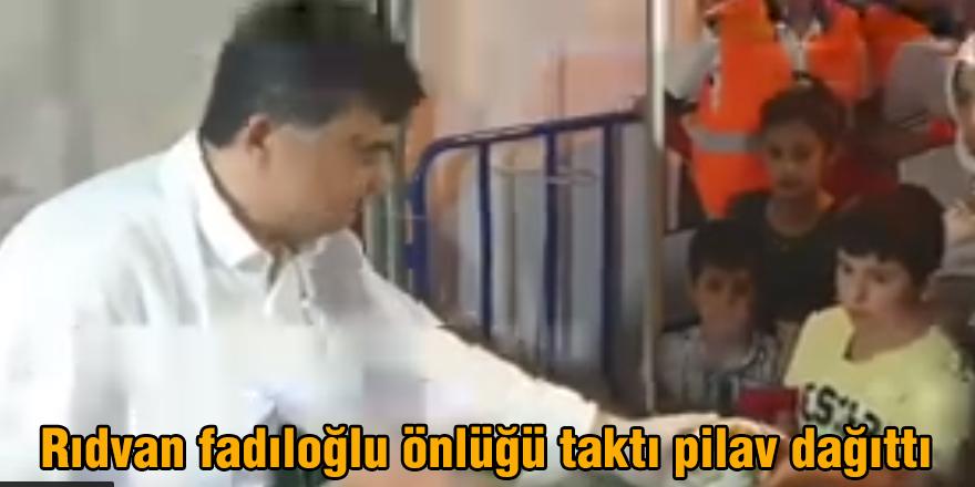 Rıdvan fadıloğlu önlüğü taktı pilav dağıttı