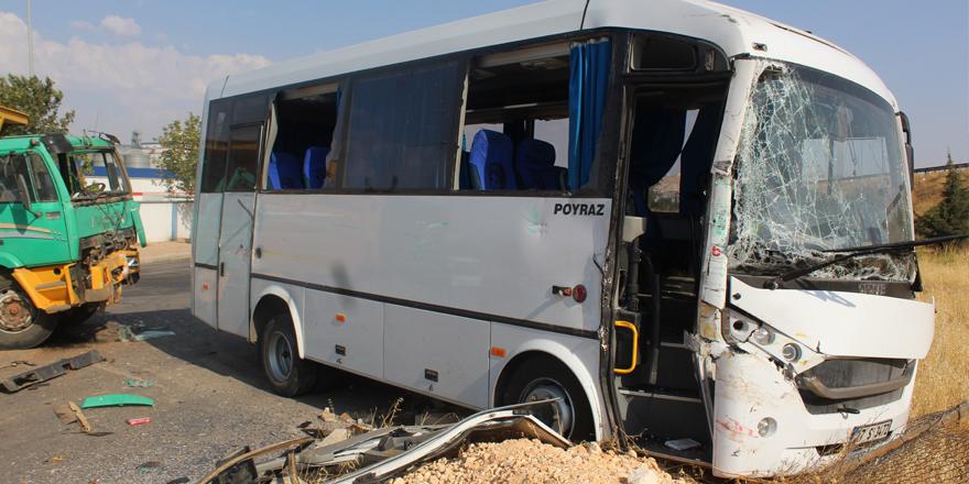 İşçi servisi ile kamyon çarpıştı: 15 yaralı