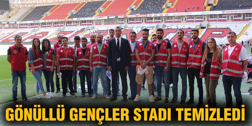 Gönüllü gençler stadı temizledi