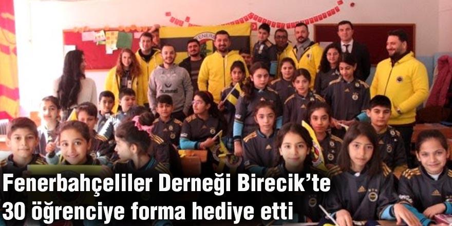 Fenerbahçeliler Derneği Birecik'te 30 öğrenciye forma hediye etti