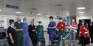 GAÜN Hastanesi'nde hemşirelere karanfil dağıtıldı