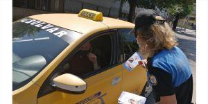 Polisten sürücülere broşür