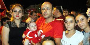 2 aylık bebekleriyle demokrasi nöbeti tutuyorlar