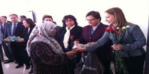 Suriyeli kadınlara karanfil