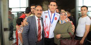 Madalyasını aldı annesine koştu