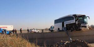 Yolcu otobüsü tıra arkadan çarptı: 1 ölü - 23 yaralı