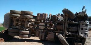 Hafriyat döken kamyon devrildi