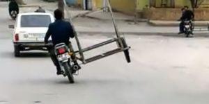 Üç tekerlekli motosikletle tehlikeli yolculuk