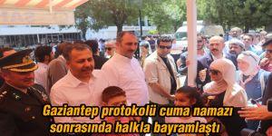 Gaziantep protokolü cuma namazı sonrasında halkla bayramlaştı
