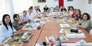 Kadınlar rölyef kursunda üretiyor