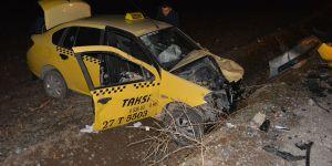 Ticari taksi ile otomobil çarpıştı: 3 yaralı