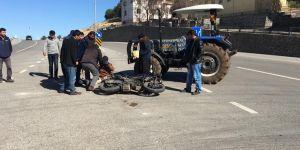 Motosiklet traktör ile çarpıştı