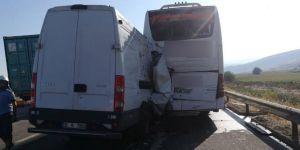 Kamyonet yolcu otobüsüne çarptı