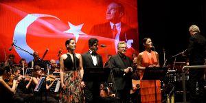 Alkışlar Zülfü Livaneli'ye