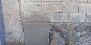 Bahçe duvarında tarihi mezar taşı