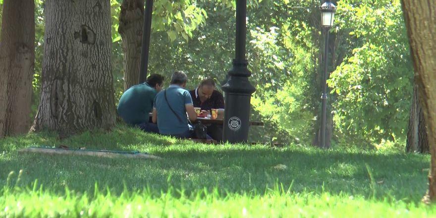Termometre 45 dereceyi gördü, vatandaşlar parklara koştu