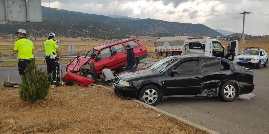 Cenaze yolunda feci kaza: 2'si çocuk 12 yaralı