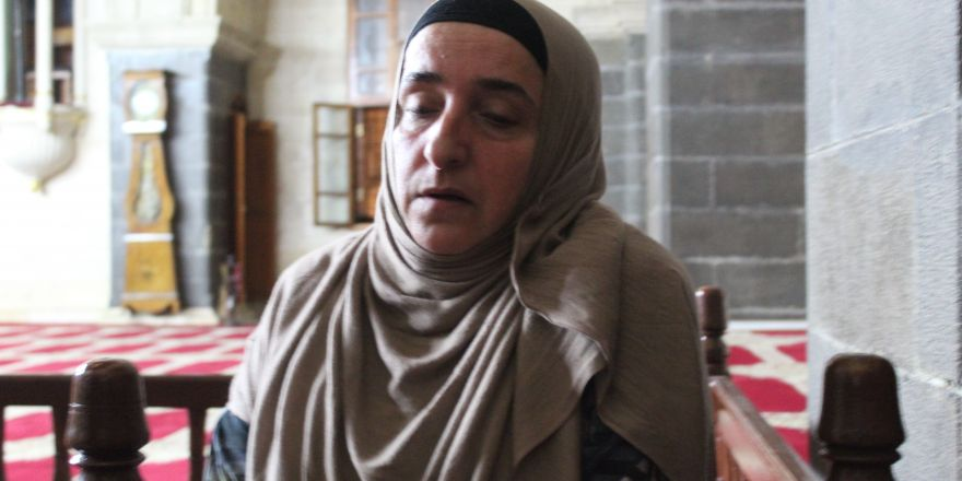 Camide namaz kılan turistin çantasını çaldı
