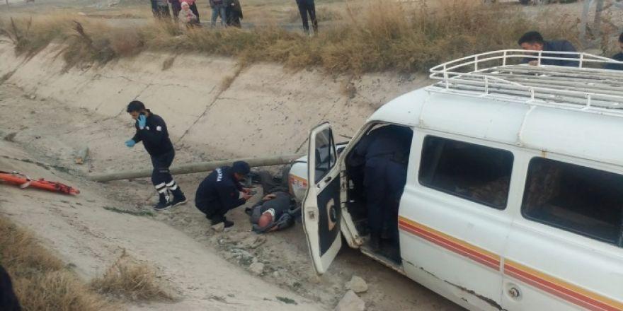 Minibüsün kanala düştüğü kaza güvenlik kamerasında