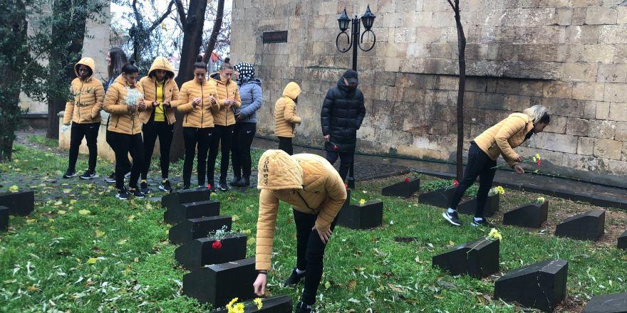 Kadın futbolcular, kadın şehitlerin mezarını ziyaret edip dualar okudu