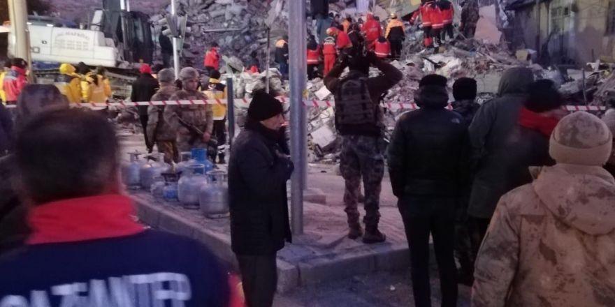 Gaziantep'ten giden kurtarma ekipleri 2 kişi enkaz altından sağ çıkardı