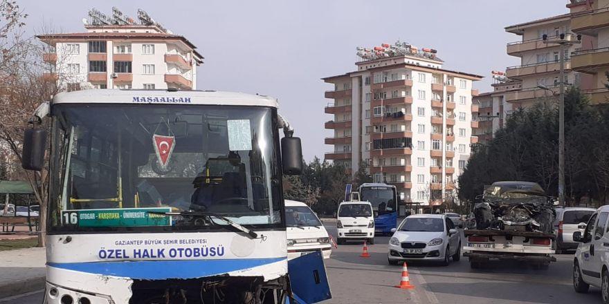 Lüks araç ile otobüsün çarpıştığı feci kaza kamerada