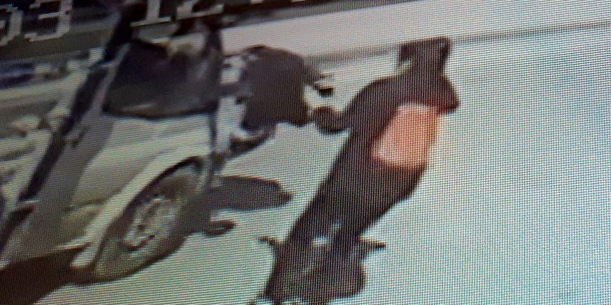 Okula yetişmeye çalışan genç kıza kamyonet çarptı