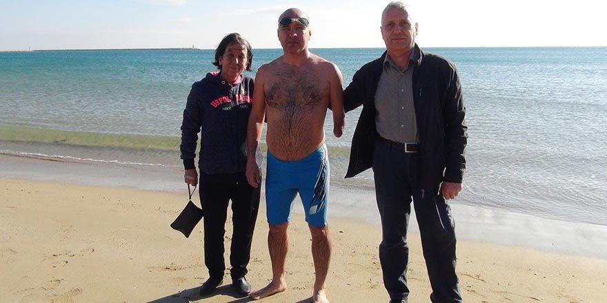 Engelli genç şampiyonaya havuz olmadığı için denizde hazırlanıyor