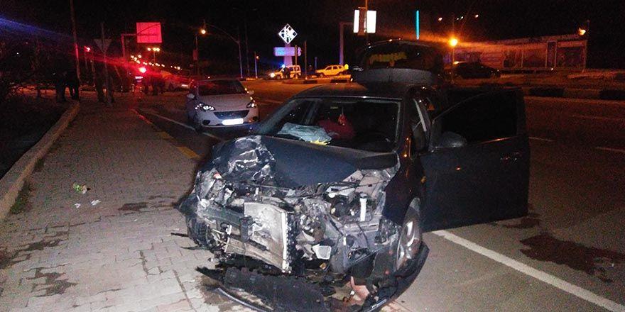 2 araç çarpıştı:5 yaralı