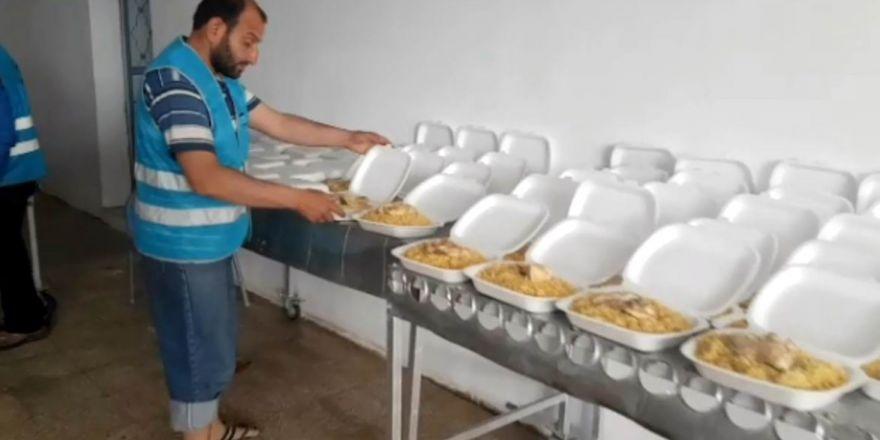 Sınır ötesinde kurulan mutfakta 3 bin kişiye iftar çıkarılıyor