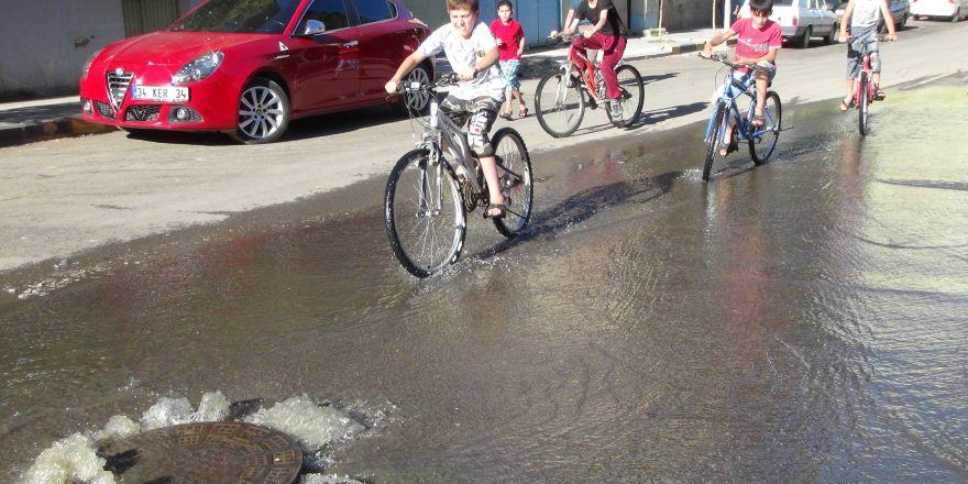 İslahiye'de patlayan su borularından akan sular sokaklara taştı